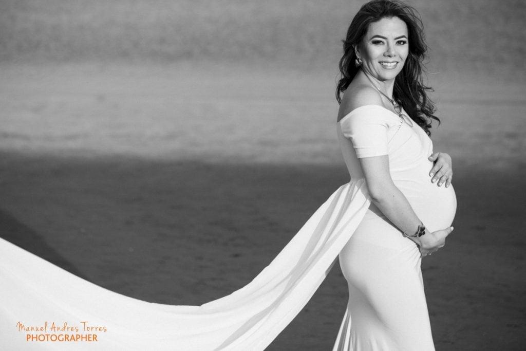 maternity photo on the beach